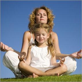 madre y niña meditando